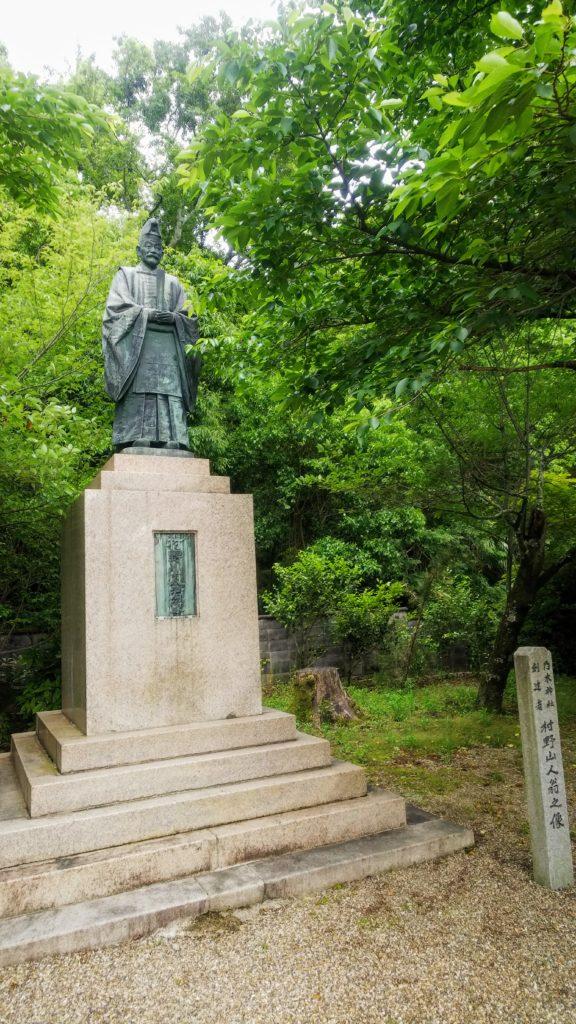 村野山人爺の像