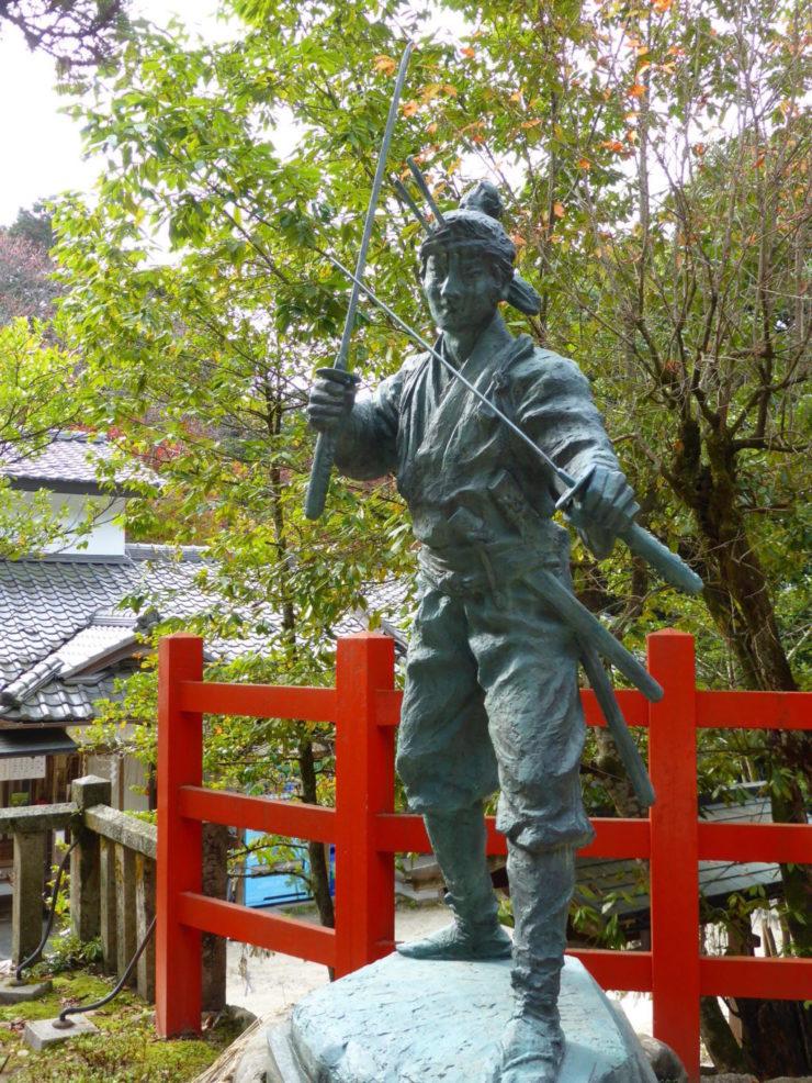 宮本武蔵像八大神社